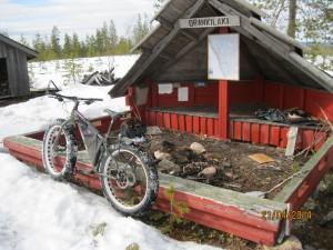 Tälläinen pyörä oli pääsiäisen aikana liikkeellä kyläseuran maastossa.